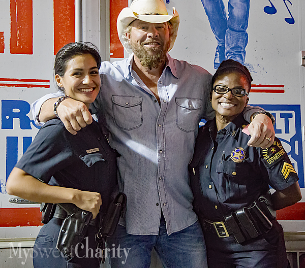 Toby Keith and gals in blue